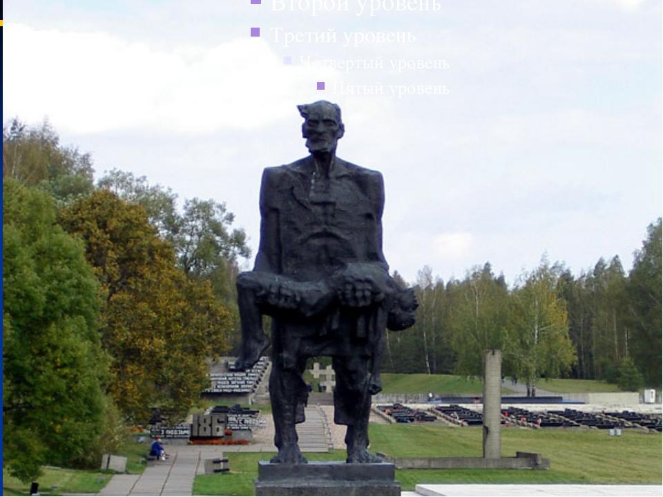 Мемориальный комплекс «Хатынь» повторяет планировку бывшей деревни. В центре...