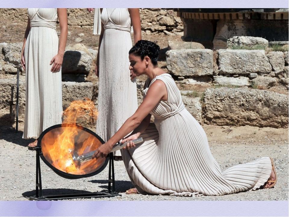Зажжение Олимпийского огня Зажжение Олимпийского огня происходит в Древней Ол...