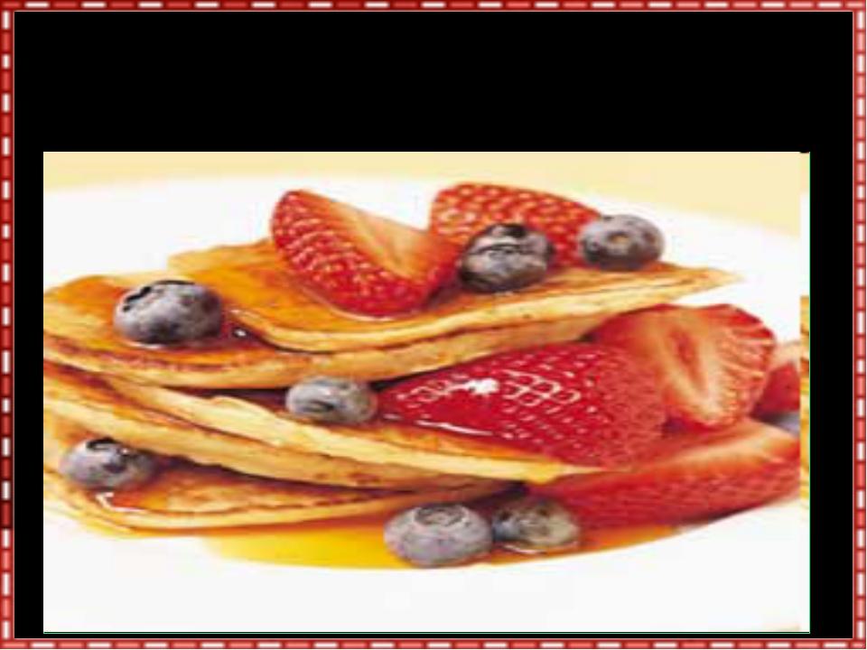 Украсить блины можно ягодами, свежими или замороженными, взбитыми сливками, с...