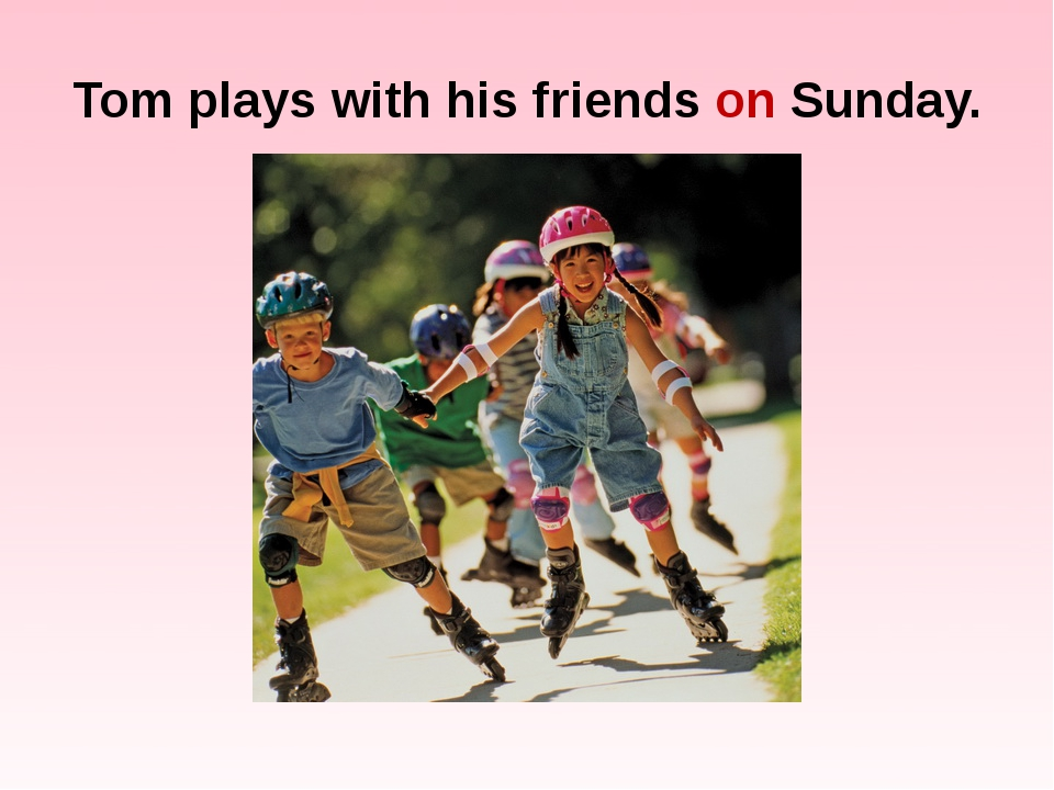 Tom plays with his friends on Sunday.